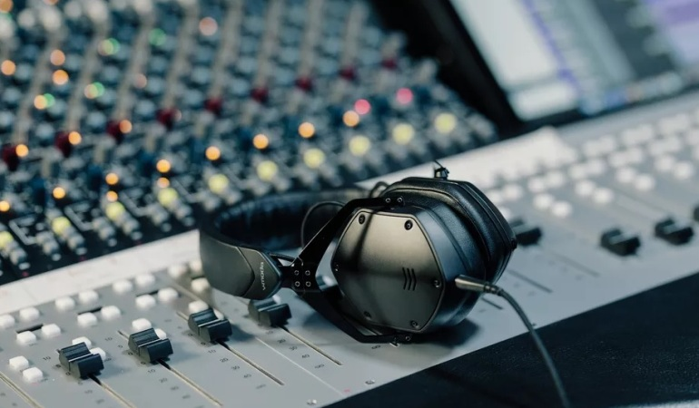 V-Moda M200 , Headphones , studio headphones